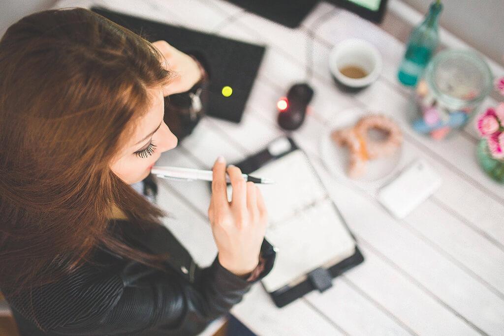Für konzentriertes Arbeiten in Studium, Beruf und in der Freizeit ist Eisen unabdingbar (Foto: kaboompics/Pixabay).