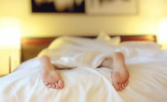 Unterschiedliche Ursachen für Erschöpfung Foto mit Person im Bett (Foto: Wokandapix/Pixabay).