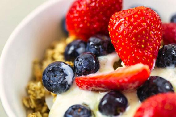 Müsli mit Weizenkleie oder Hirseflocken bietet einen hohen Eisengehalt und eignet sich auch für Vegetarier und Veganer (Foto: FoodieFactor/Pixabay).