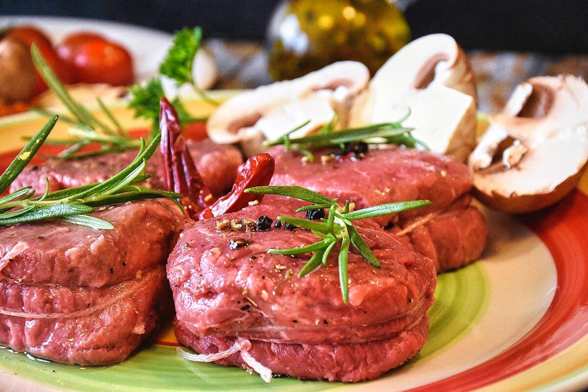 Rotes Fleisch enthält zwar viel Eisen, aber es hat andere Effekte, die weniger gesund sind. Hier kommt es auf eine ausgewogene Ernährung an (Foto: Bild von RitaE/Pixabay).